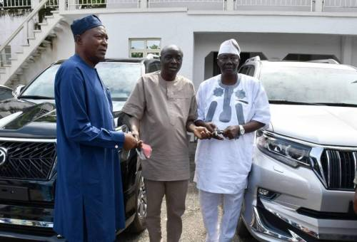 Read more about the article Oyo Governor Splashes Millions Of Naira On Cars For Party Leaders Amidst Plot To Impeach His Deputy
